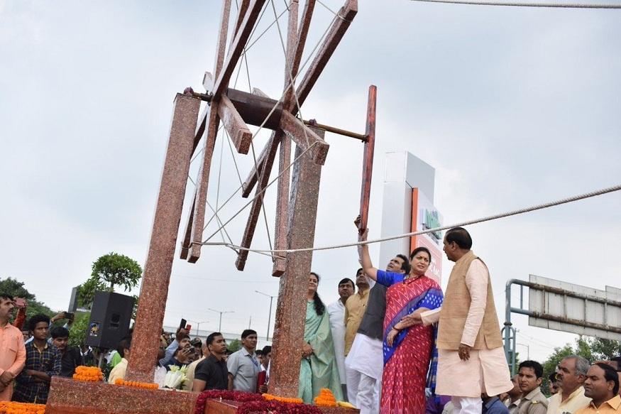 Smriti Irani Inaugurates India's Largest 'Charkha' Made of Waste Plastic in Noida_40.1