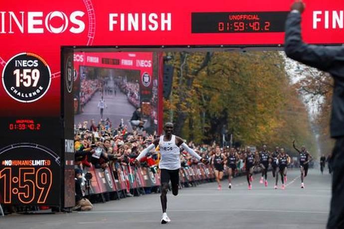 Eliud Kipchoge becomes 1st athlete to run sub 2-hour marathon_40.1