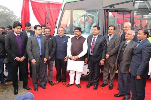 Petroleum Minister unveils India's first long distance CNG bus_40.1
