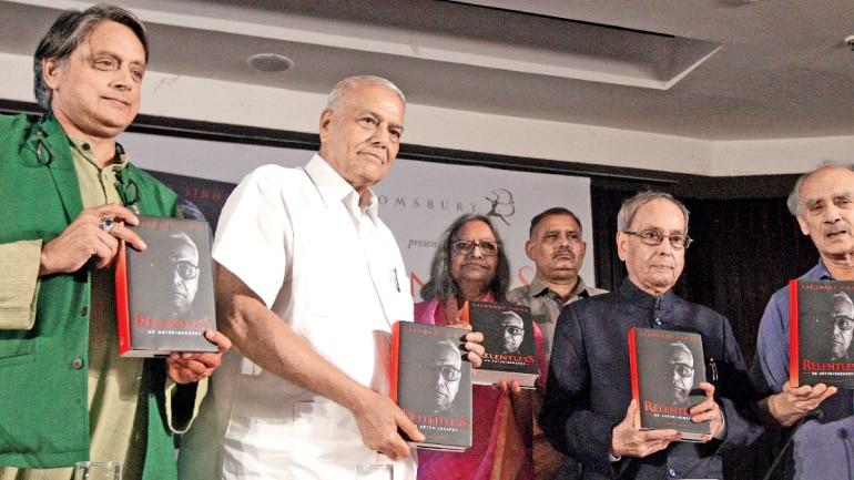 Former President releases Yashwant Sinha's autobiography_40.1
