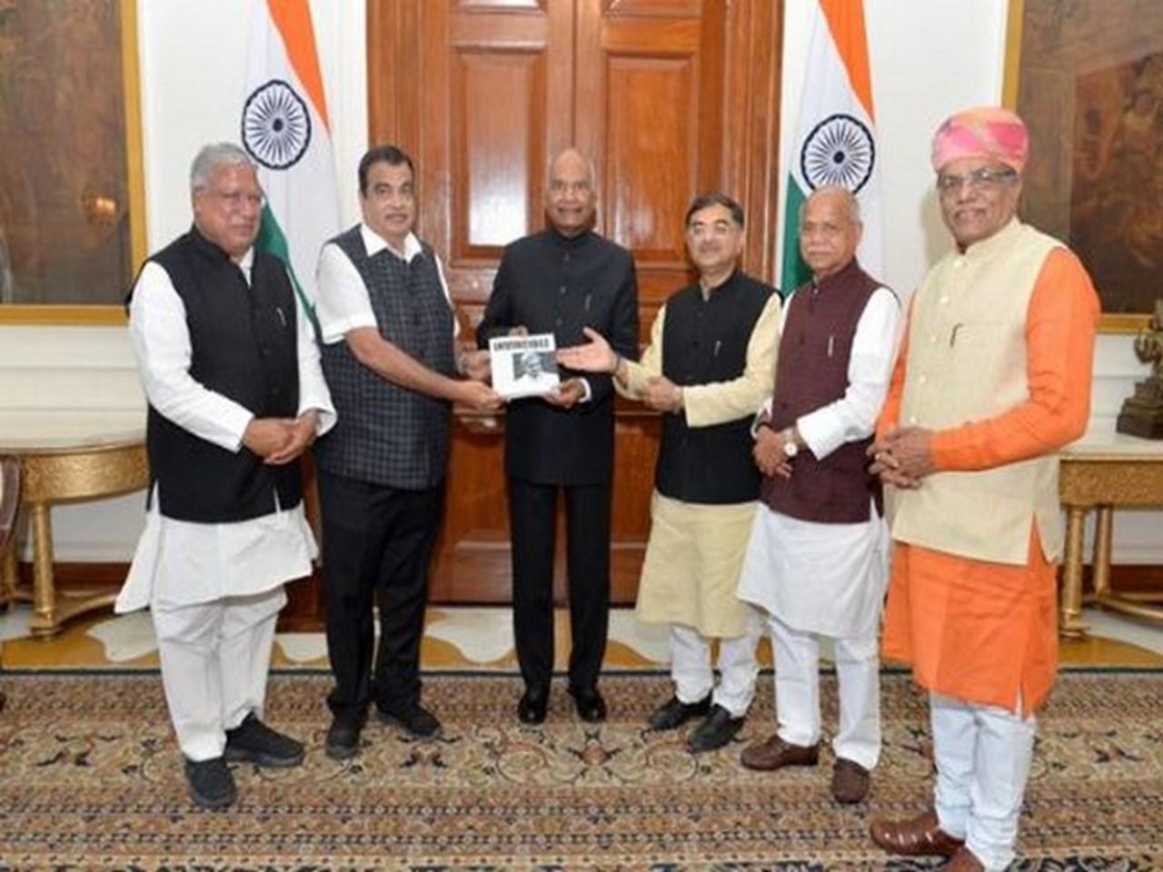 Nitin Gadkari presents 'Invincible - A Tribute to Manohar Parrikar' to President_40.1
