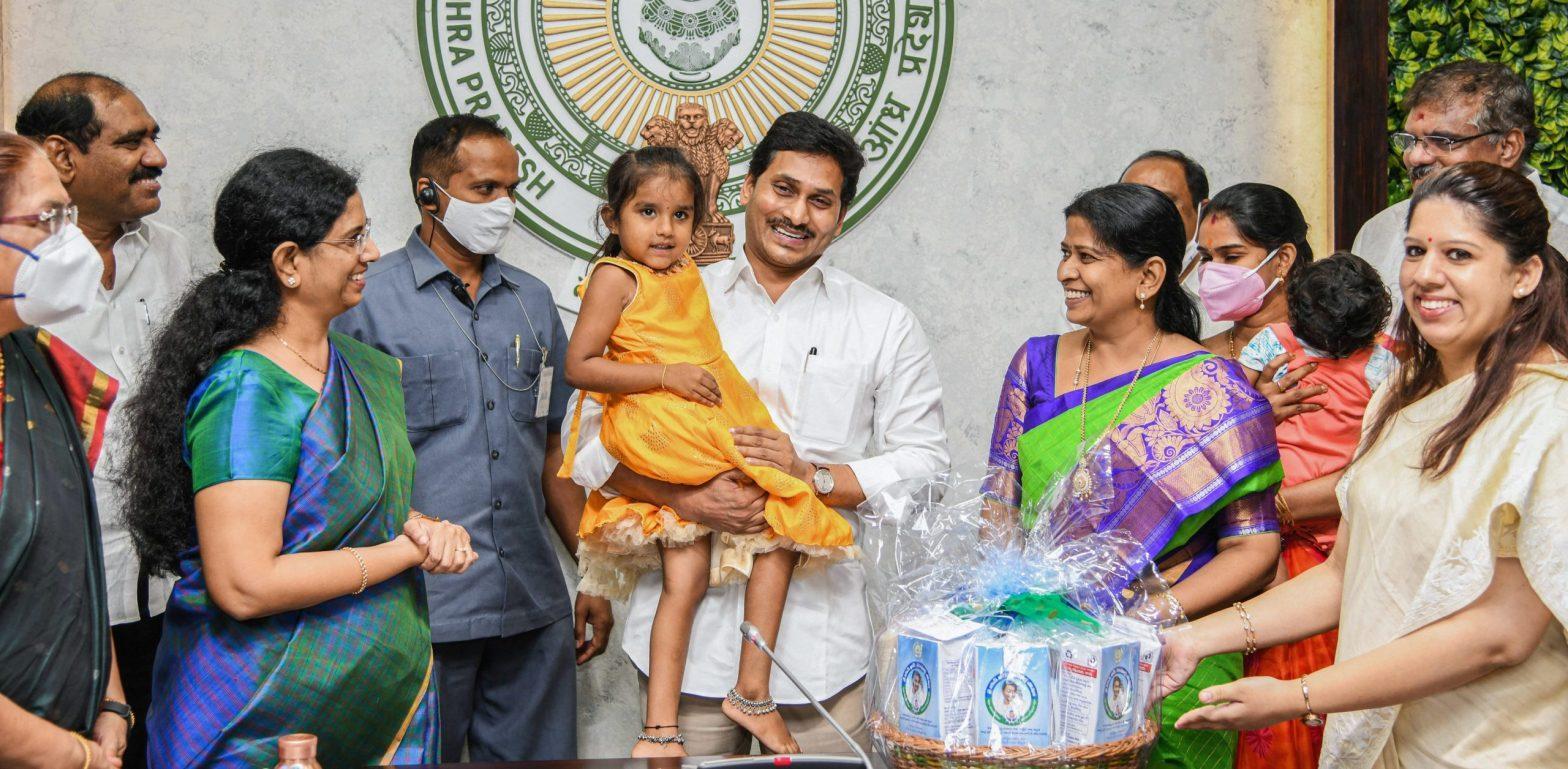 Andhra Pradesh CM launches 'YSR Sampoorna Poshana' scheme_40.1