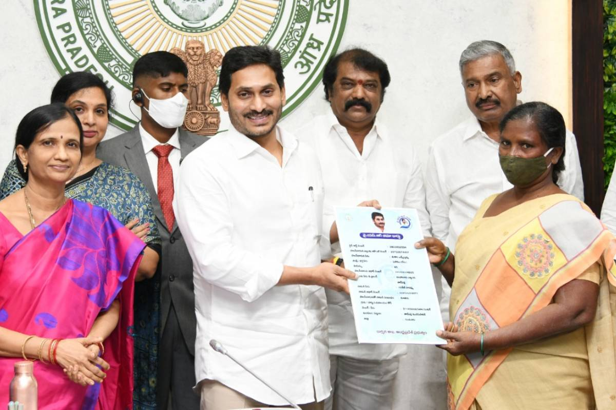 Andhra Pradesh CM launches 'YSR BIMA' for BPL families_40.1