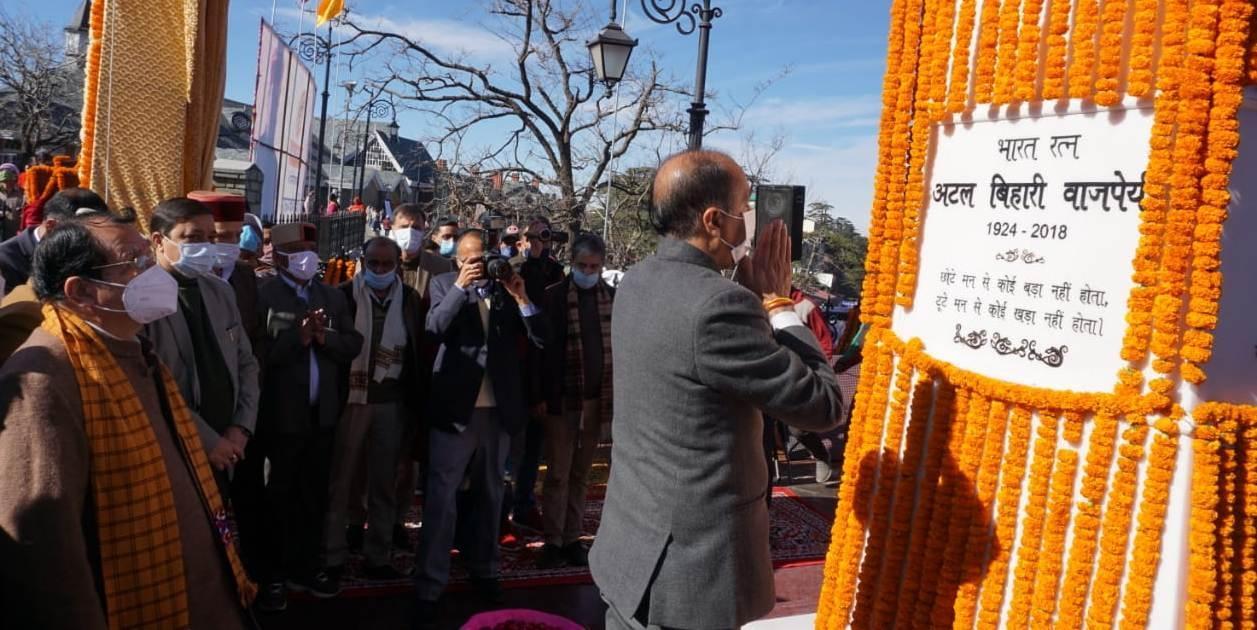 Himachal CM unveils 18-feet statue of Vajpayee in Shimla_40.1