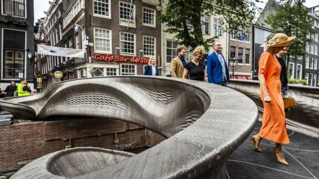 World's first 3D-printed steel bridge opened in Amsterdam_40.1