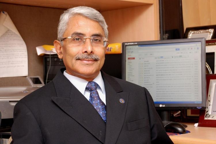 Neurosurgeon Basant Misra receives prestigious AANS Award_40.1